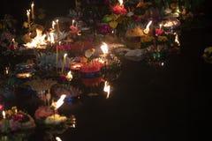 Loy Krathong-het festival, Mensen koopt bloemen en kaars aan licht en vlotter op water om het Loy Krathong-festival binnen te vie royalty-vrije stock afbeeldingen