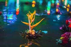 Loy Krathong-het festival, Mensen koopt bloemen en kaars aan licht en vlotter op water om het Loy Krathong-festival te vieren stock fotografie