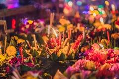 Loy Krathong-het festival, Mensen koopt bloemen en kaars aan licht en vlotter op water om het Loy Krathong-festival te vieren royalty-vrije stock fotografie