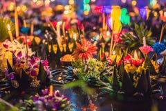 Loy Krathong-het festival, Mensen koopt bloemen en kaars aan licht en vlotter op water om het Loy Krathong-festival te vieren royalty-vrije stock foto