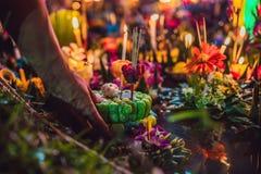 Loy Krathong-het festival, Mensen koopt bloemen en kaars aan licht en vlotter op water om het Loy Krathong-festival te vieren stock foto's
