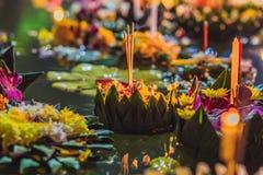 Loy Krathong-het festival, Mensen koopt bloemen en kaars aan licht en vlotter op water om het Loy Krathong-festival te vieren stock foto