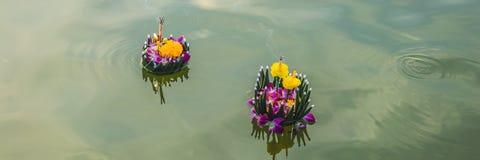 Loy Krathong-het festival, Mensen koopt bloemen en kaars aan licht en vlotter op water om het Loy Krathong-festival te vieren royalty-vrije stock foto's