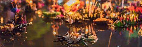 Loy Krathong-het festival, Mensen koopt bloemen en kaars aan licht en vlotter op water om het Loy Krathong-festival te vieren royalty-vrije stock afbeeldingen