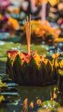 Loy Krathong-het festival, Mensen koopt bloemen en kaars aan licht en vlotter op water om het Loy Krathong-festival te vieren royalty-vrije stock afbeelding