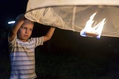Loy Krathong lykta och Little Boy Arkivbilder