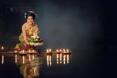 Loy Krathong Tradycyjny festiwal, Tajlandzki kobieta chwyta kratong, Tajlandzki zdjęcia stock