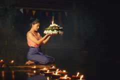Loy Krathong Tradycyjny festiwal, Tajlandzki kobieta chwyta kratong, Tajlandzki obraz royalty free