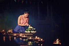 Loy Krathong Tradycyjny festiwal, Tajlandzki kobieta chwyta kratong, Tajlandzki zdjęcia royalty free