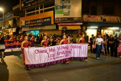 Loy Krathong Yee的彭,城镇节日游行 库存照片