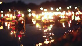 Loy Kratong Festival a célébré en Thaïlande Lancez les bateaux de belles fleurs et les bougies dans le bokeh magique d'étang dess clips vidéos