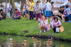 Loy Kratong Festival comemorou durante a Lua cheia do 12a imagens de stock royalty free