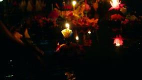 Loy Kratong Festival comemorou em Tailândia As mãos lançam barcos das flores e velas na lagoa 3840x2160 video estoque
