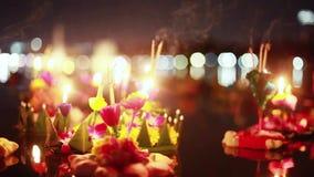 Loy Kratong Festival comemorou em Tailândia Lance barcos das flores bonitas e velas na lagoa video estoque