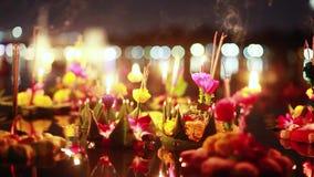 Loy Kratong Festival comemorou em Tailândia Lance barcos das flores bonitas e velas na lagoa filme