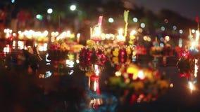 Loy Kratong Festival comemorou em Tailândia Lance barcos das flores bonitas e velas na lagoa vídeos de arquivo