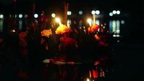 Loy Kratong Festival comemorou em Tailândia Lance barcos das flores bonitas e velas na lagoa 4k, 3840x2160 video estoque