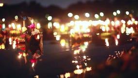 Loy Kratong Festival comemorou em Tailândia Lance barcos das flores bonitas e velas no bokeh mágico da lagoa sobre video estoque
