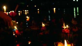 Loy Kratong Festival comemorou em Tailândia Lance barcos das flores e velas na lagoa video estoque