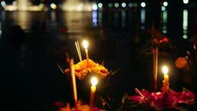 Loy Kratong Festival comemorou em Tailândia Lance barcos das flores e velas na lagoa 3840x2160, 4K vídeos de arquivo