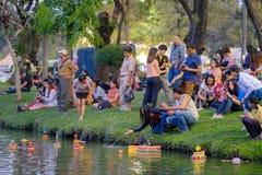 Loy Kratong Festival feierte während des Vollmonds vom 12. lizenzfreie stockfotos