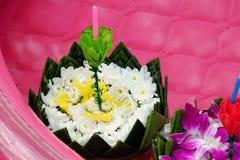 Loy Kratong Festival med banansidor som dekoreras med blommor fotografering för bildbyråer