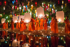 Loy Kratong Festival, velas del fuego del monje budista al Buda y lámpara flotante Fotos de archivo libres de regalías