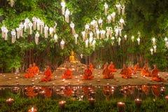 Loy Kratong Festival, velas do fogo da monge budista à Buda e à lâmpada de flutuação sobre em Phan Tao Temple, Chiangmai, Tailând imagens de stock royalty free