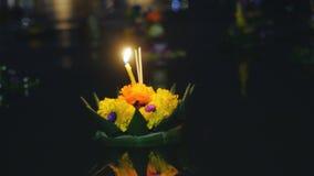 Loy Kratong festiwal świętujący w Tajlandia Wszczyna łodzie od kwiatów i świeczek w stawie Zdjęcie Royalty Free