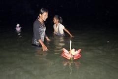 loy vatten för festivalkrathong Fotografering för Bildbyråer