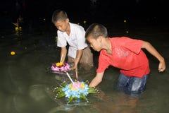 loy vatten för festivalkrathong Royaltyfri Fotografi