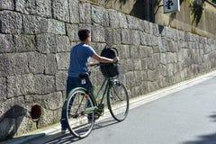 Loyer de touristes sans titre une bicyclette tandis que voyage Images libres de droits
