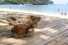 Loza antigua con una cáscara por el mar fotografía de archivo libre de regalías