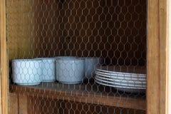 Loza con los utensilios de la cocina cerca para arriba imagen de archivo