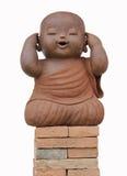 Loza de barro del monje del niño aislada en el fondo blanco Foto de archivo libre de regalías
