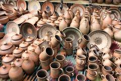 Loza de barro en el mercado imagen de archivo