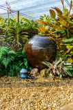 Loza de barro en jardín Fotografía de archivo