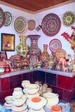 Loza de barro en los estantes de la tienda Mercancías de cerámica Productos de la cerámica en venta Foto de archivo
