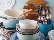 Loza de cerámica y del esmalte en fondo de madera imagen de archivo libre de regalías