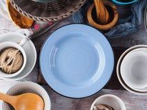 Loza de cerámica y del esmalte en fondo de madera foto de archivo libre de regalías