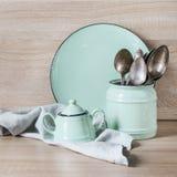 Loza de la turquesa, vajilla, utensilios del dishware y materia en tablero de madera Todavía de la cocina vida como fondo para el foto de archivo