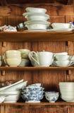 Loza en la despensa de madera Foto de archivo libre de regalías
