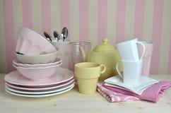 Loza en la tabla de cocina Imagen de archivo