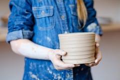 Loza hecha a mano del jarro de la arcilla del arte del taller de la cerámica imagen de archivo libre de regalías