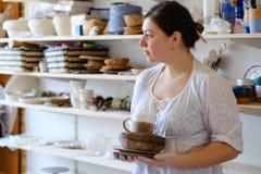 Loza hecha a mano del jarro de la arcilla del arte del taller de la cerámica fotografía de archivo