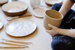 Loza hecha a mano del jarro de la arcilla del arte del taller de la cerámica fotos de archivo libres de regalías