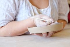 Loza hecha a mano del plato de la arcilla de la pintura del taller de la cerámica foto de archivo