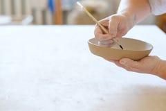 Loza hecha a mano del plato de la arcilla de la pintura del taller de la cerámica imagenes de archivo