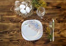 Loza, huevos y rama de la mimosa fotografía de archivo libre de regalías