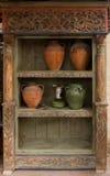 Loza roscada de madera vieja con cerámica y la lámpara fotografía de archivo libre de regalías